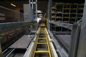 Transfervognen hvor en kædebane sørger for, at kasserne med profilerne kan hentes og bringes
